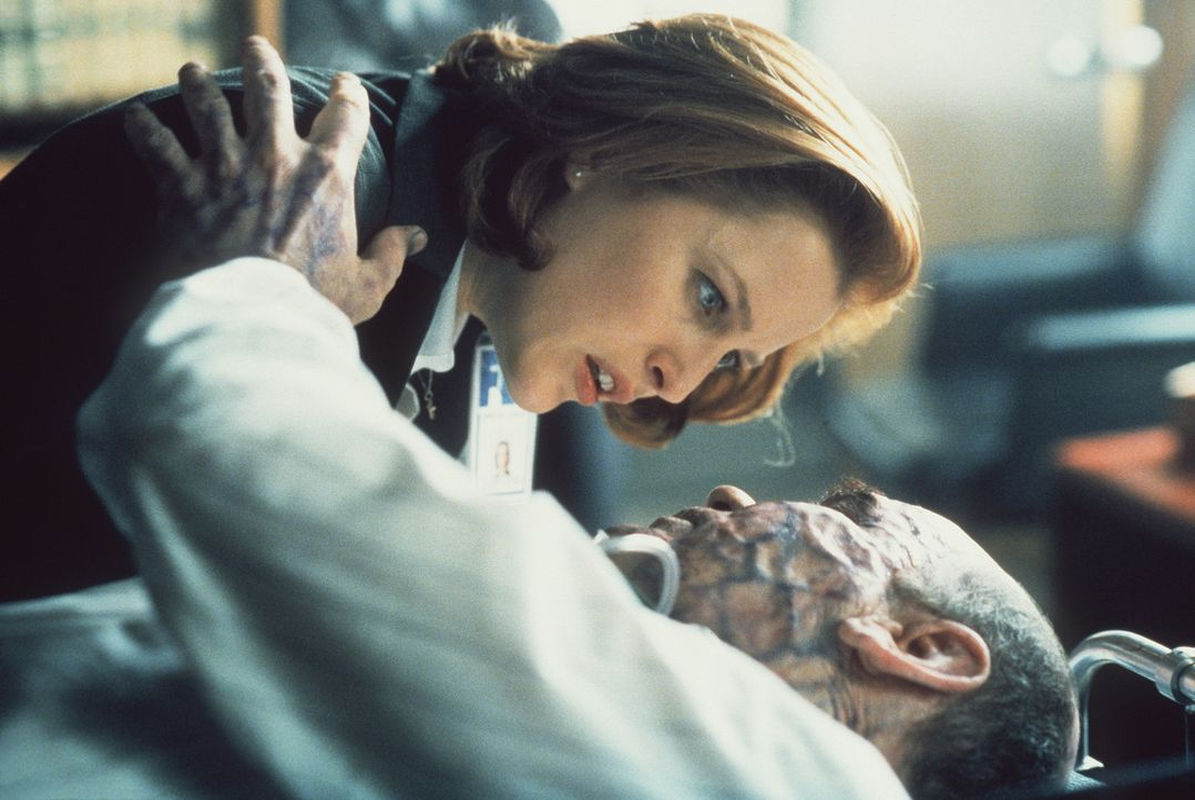 Scully (Gillian Anderson, l.) kann Skinner (Mitch Pileggi, liegend) gerade noch vor einem weiteren Mordanschlag bewahren. - Bildquelle: TM +   2000 Twentieth Century Fox Film Corporation. All Rights Reserved.
