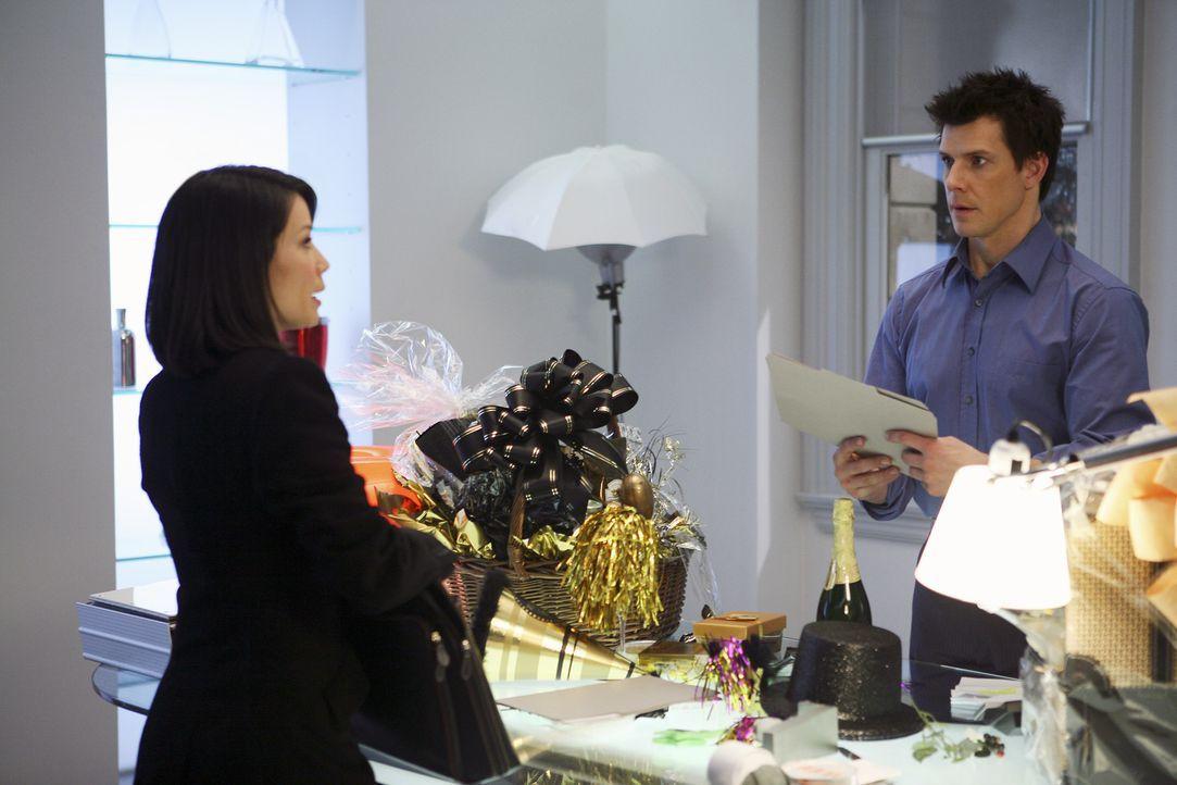 Damit er seinem Vater helfen kann, will Daniel (Eric Mabius, r.) die erfolgreiche Rechtsanwältin Grace Chin (Lucy Liu, l.) engagieren, dessen Fall z... - Bildquelle: Buena Vista International Television