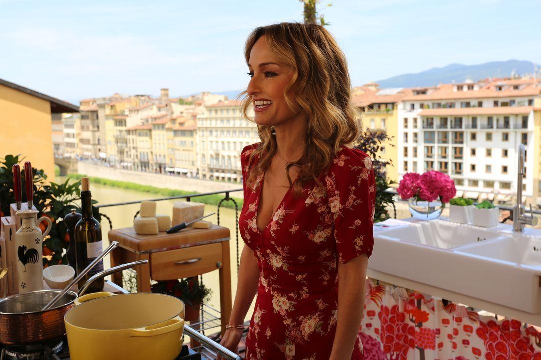 Für eine Cocktail Party auf einer Terrasse will Giada verschiedenen Snacks kochen. Unteranderem hat sie sich dazu entschieden, Rohkost mit einem Dip... - Bildquelle: 2016,Television Food Network, G.P. All Rights Reserved