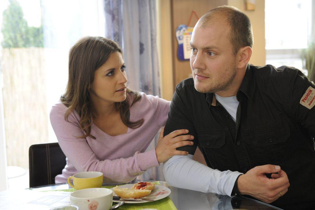 Piet (Oliver Petszokat, r.) spricht mit Bea (Vanessa Jung, l.) über seine Angst vor einer festen Beziehung. - Bildquelle: SAT.1