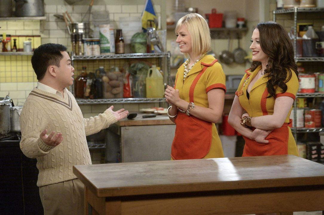 Nachdem Caroline (Beth Behrs, M.) und Max' (Kat Dennings, r.) Plan für Nash nicht ganz so funktioniert wie geplant, wollen sie sich wieder bei Han (... - Bildquelle: Warner Bros. Television
