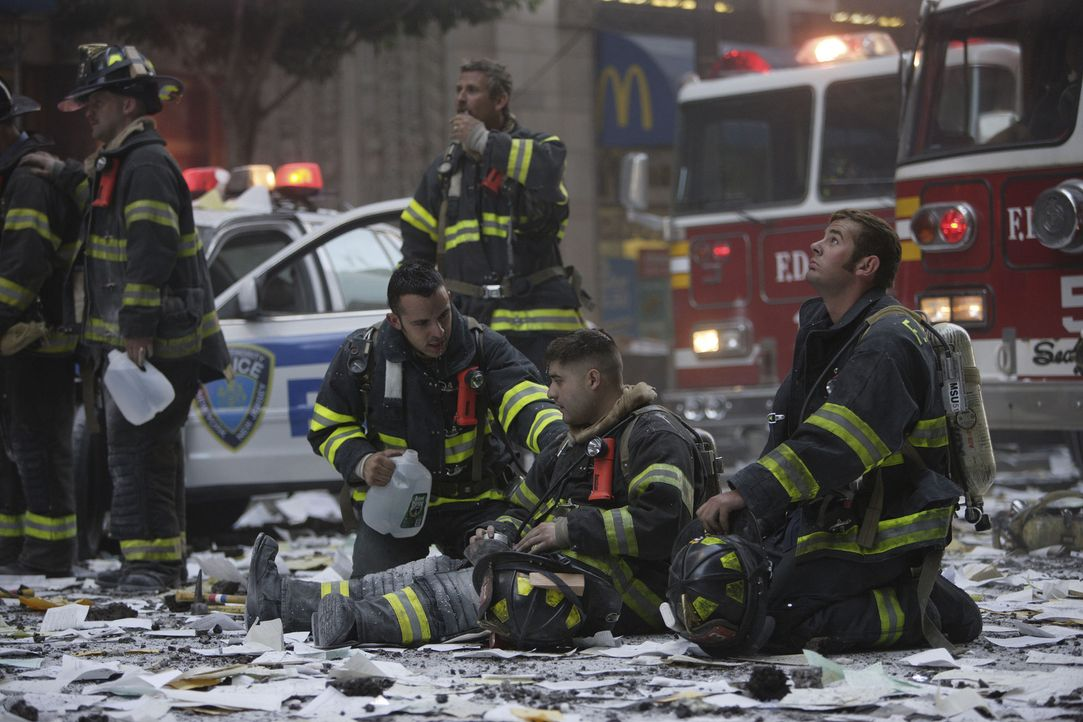 Nachdem der Flug American Airlines 11 um 8:46 Uhr in den Nordturm des World Trade Center geflogen ist, beginnt für die Retter ein gnadenloser Wettl... - Bildquelle: TM &   Paramount Pictures. All Rights Reserved.