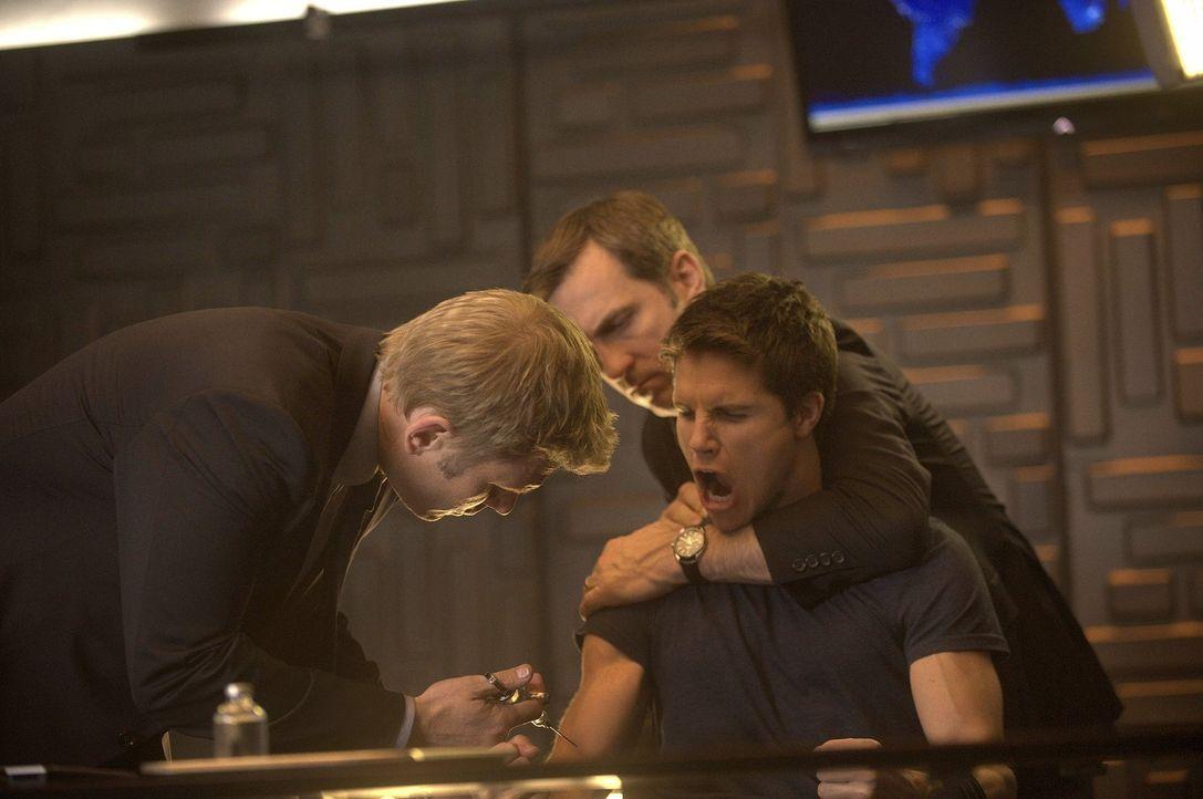 Was wird Dr. Jedikiah Price (Mark Pellegrino, l.) mit Stephen Jameson (Robbie Amell, r.) vor? - Bildquelle: Warner Bros. Entertainment, Inc