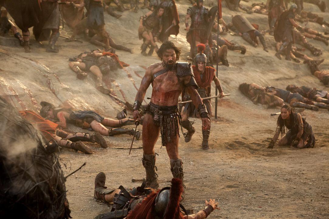 Unglücklicherweise übersieht Crixus (Manu Bennett) den Feind im Rücken ... - Bildquelle: 2012 Starz Entertainment, LLC. All rights reserved.