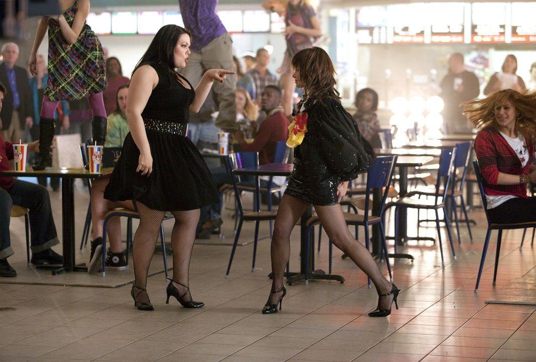 Jane (Brooke Elliott, l.) und Richterin Paula Abdul (Paula Abdul, r.) in einem ganz besonderen Traum ... - Bildquelle: 2009 Sony Pictures Television Inc. All Rights Reserved.