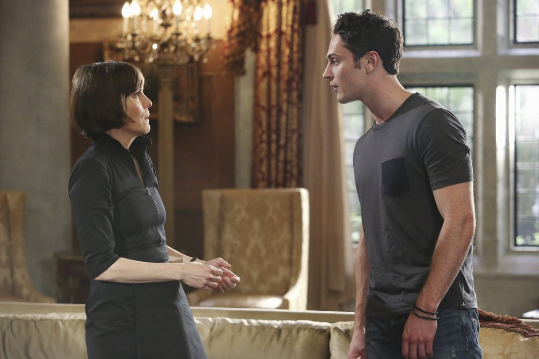 Als Ethan (Colin Woodell, r.) von seiner Mutter Opal (Joanna Adler, l.) ein lang gehütetes Geheimnis erfährt, ist er plötzlich mitten drin in einem... - Bildquelle: 2014 ABC Studios