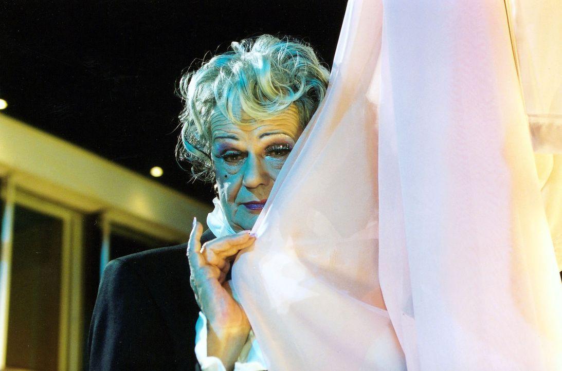 """Die Tunte Wanda (Walter Giller) bei einem Auftritt im """"Unicorn"""". - Bildquelle: Claudius Pflug Sat.1"""