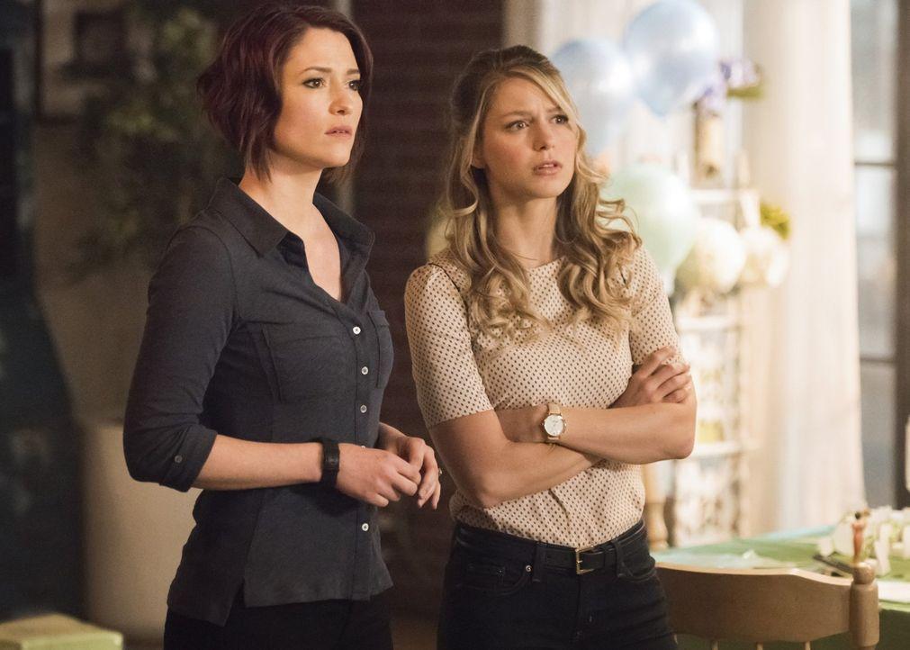 Während sich Alex (Chyler Leigh, l.) mit der von Eliza geplanten Brautparty auseinandersetzen muss, reist Kara (Melissa Benoist, r.) mit J'onn zum M... - Bildquelle: 2017 Warner Bros.