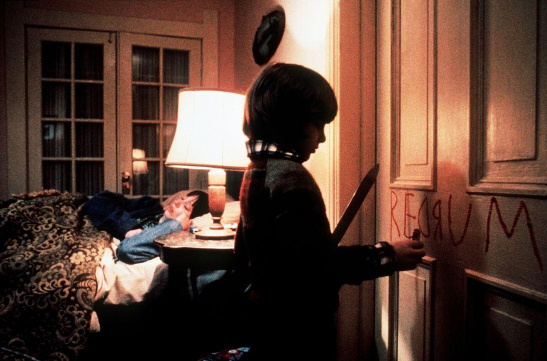 Während seine Mutter Wendy (Shelley Duvall, l.) beruhigt schläft, versucht der kleine Danny (Danny Lloyd, r.), seine Ängste bildlich darzustellen... - Bildquelle: Warner Bros.