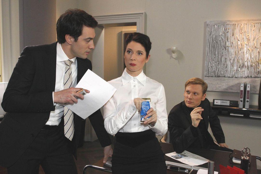 Gina (Elisabeth Sutterlüty, M.) ist versteinert, als Philip (Philipp Romann, r.) sie vor Mark (Arne Stephan, l.) als dessen Gegenspielerin outet ... - Bildquelle: SAT.1