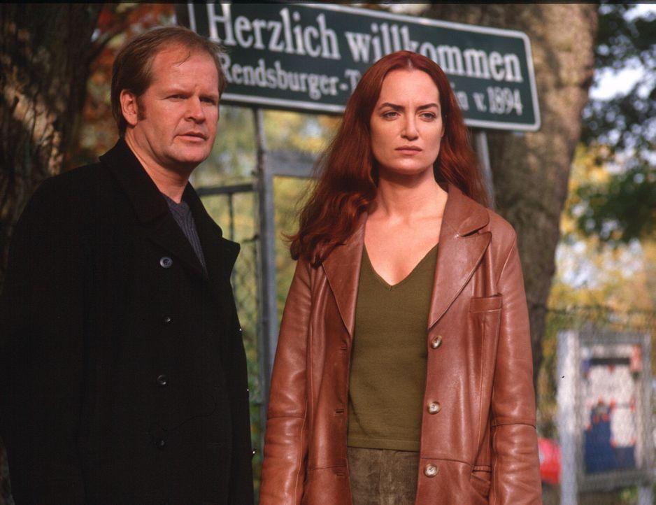 Mit Hilfe von Wolfi (Guntbert Warns, l.) versucht Nina Carstens (Natalia Wörner, r.) nachzuweisen, dass sich ihre ehemals beste Freundin Dagmar nich... - Bildquelle: Ruhnau Sat.1