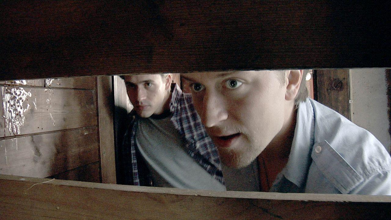 Unglücklicherweise brechen Jürgen (Bernhard Bulling, l.) und Mike (Adrian Topol) eine vernagelte Tür auf und zerren ein kaputtes Fernsehgerät au...