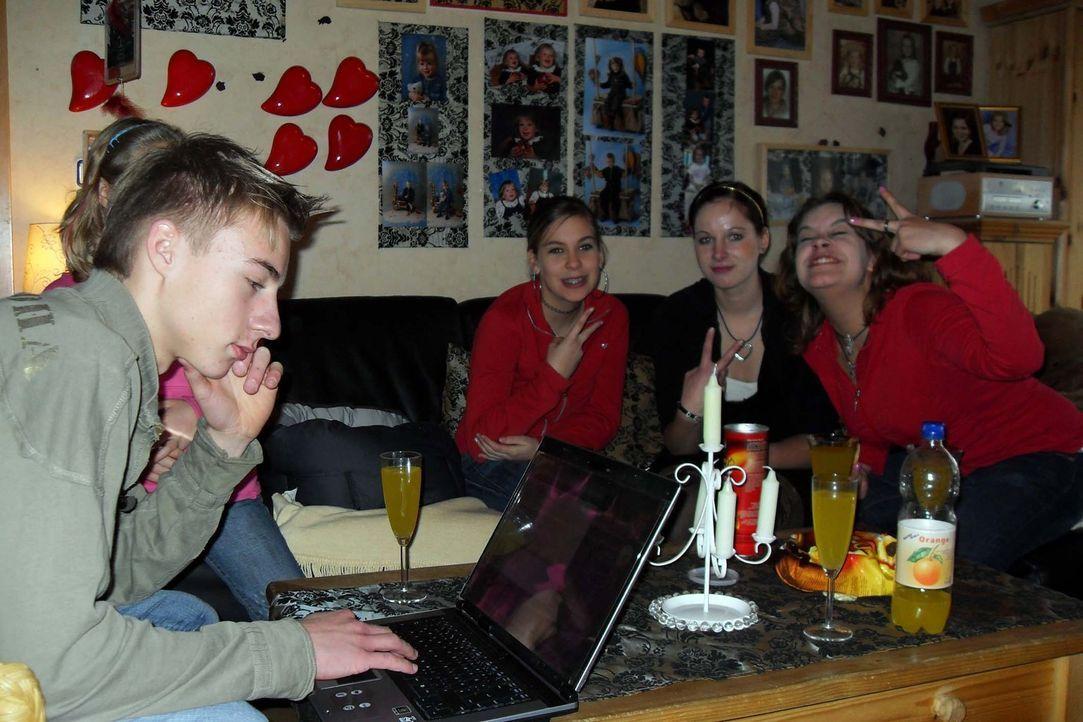 Der 16-jährige Steven aus dem norddeutschen Nienhagen ist total genervt von seiner Mutter Katja, denn die kontrolliert ihn auf Schritt und Tritt. A... - Bildquelle: ProSieben
