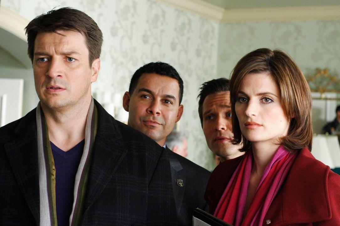 Richard Castle (Nathan Fillion, l.), Javier Esposito (Jon Huertas, 2.v.l.), Kevin Ryan (Seamus Dever, 2.v.r.) und Kate Beckett (Stana Katic, r.) ste... - Bildquelle: ABC Studios