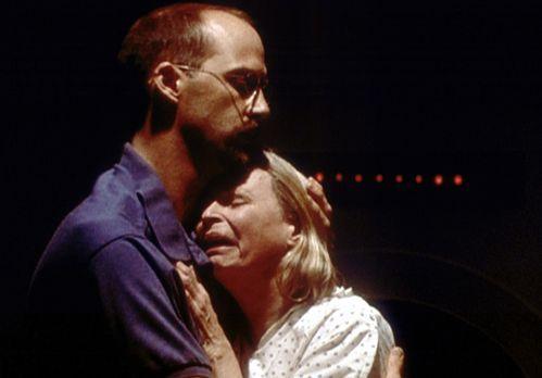 Emergency Room - Greene (Anthony Edwards, l.) tröstet seine Mutter Ruth (Bonn...