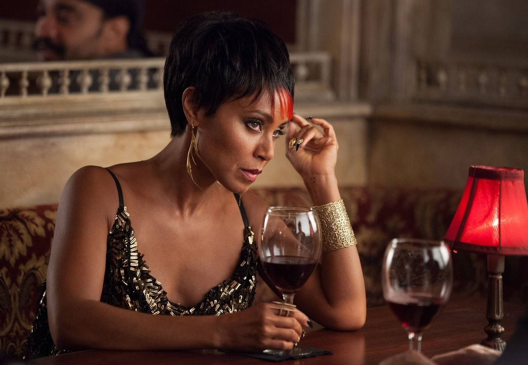 Bekommt überraschend Besuch von Carmine Falcone, der ihr klarmacht, wer das Sagen in der Stadt hat: Fish Mooney (Jada Pinkett Smith) ... - Bildquelle: Warner Bros. Entertainment, Inc.