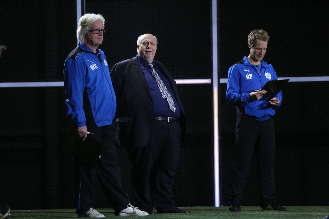 Taktisch diszipliniert, technisch versiert und teamorientiert: Mit fußballkundiger Unterstützung seines Kompetenzteams, Reiner Calmund (M.) und Wi... - Bildquelle: Ralf Jürgens SAT.1