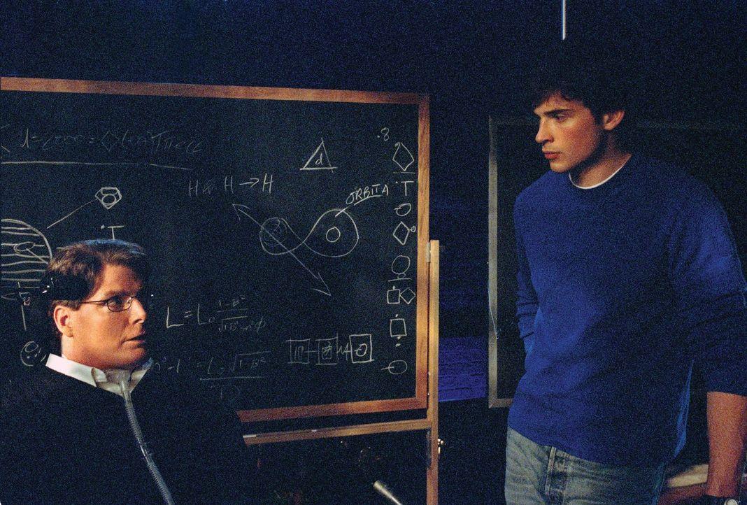 Clark (Tom Welling, r.) trifft einen geheimnisvollen Milliardär, der auf der Suche nach außerirdischem Leben ist: Dr. Swann (Christopher Reeve, l.)... - Bildquelle: Warner Bros.