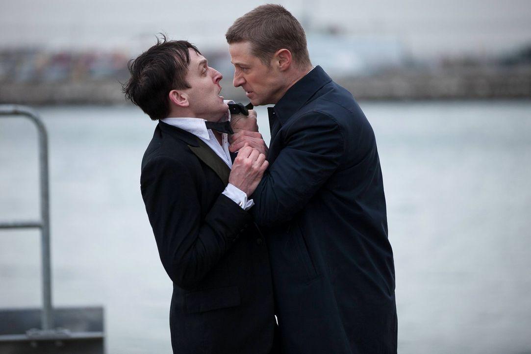 """James Gordon (Ben McKenzie, r.) hat Bruce Wayne versprochen, den Mörder seiner Eltern zu fassen. Doch hat er in Oswald """"Penguin"""" Cobblepot (Robin Lo... - Bildquelle: Warner Bros. Entertainment, Inc."""