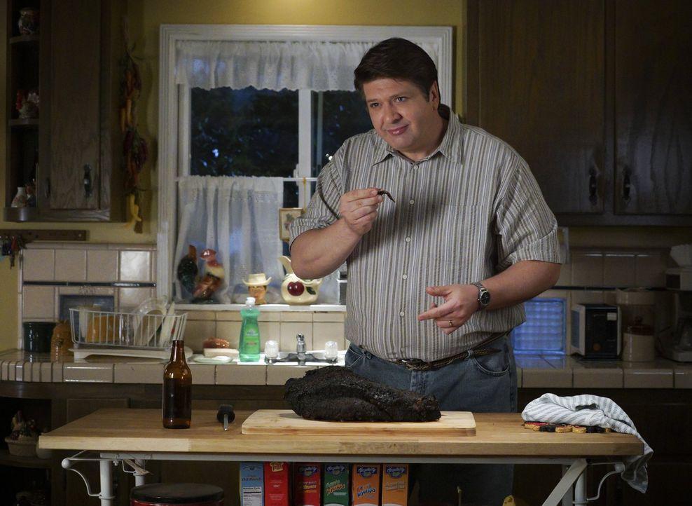 George (Lance Barber) träumt seit seinem ersten Essen bei Mary Zuhause davon, von seiner Schwiegermutter das Rinderbrustrezept zu bekommen, doch sie... - Bildquelle: Warner Bros.