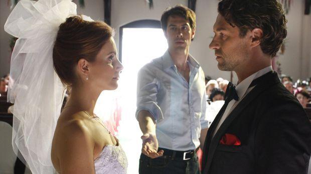 Manu (Marie Zielcke, l.) steht vor dem Traualtar. Doch sie zögert, Toni (Ron...