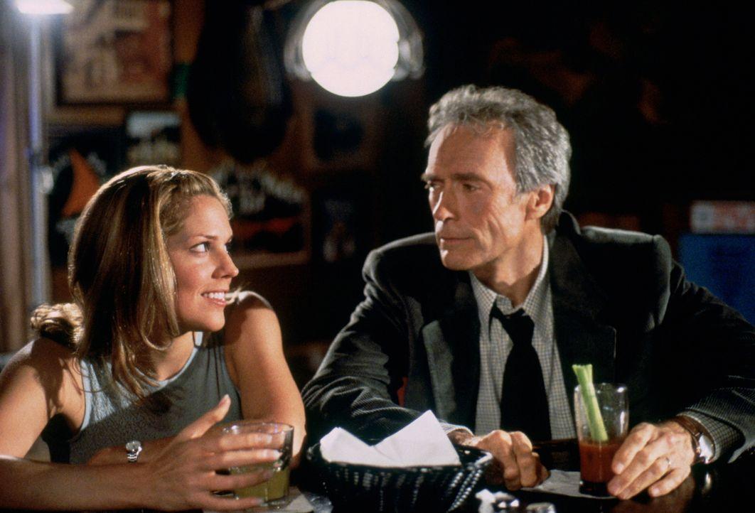 Michelle Ziegler (Mary McCormack, l.), Reporterin, hatte den Auftrag den zum Tode verteilten Beachum zu interviewen. Sie kommt jedoch in der Nacht z... - Bildquelle: Warner Bros.