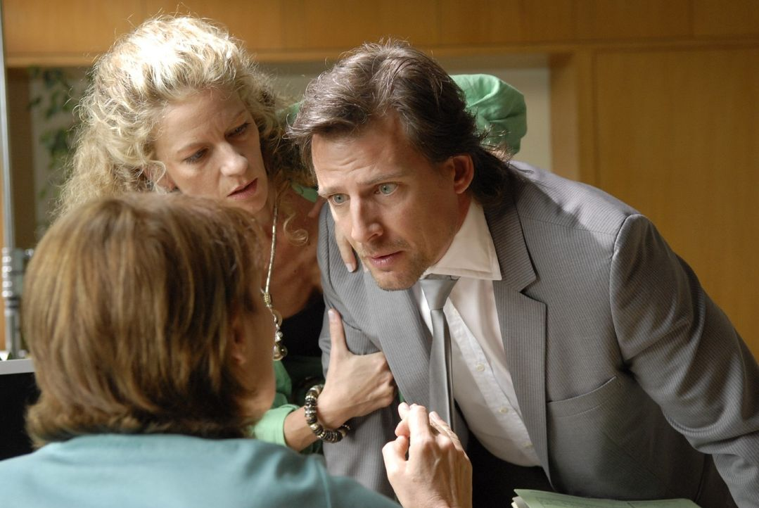 Barbara Böll (Anuk Ens, M.) und Alex (René Steinke, r.) machen Frau Trimborn (Kirsten Block, l.) begreiflich, dass Fanny zu ihrem Vater gehört... - Bildquelle: Christoph Assmann Sat.1