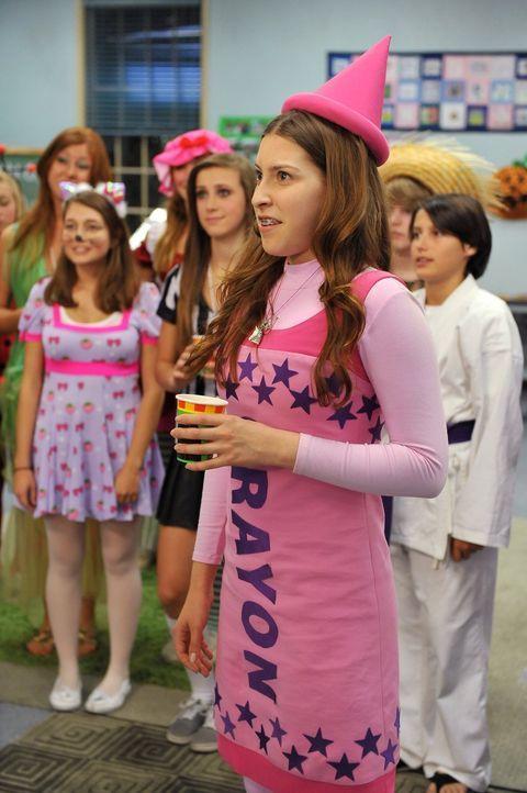 Als Buntstift verkleidet macht sich Sue (Eden Sher) auf zur Halloweenparty der Kirche. Dort gibt es nämlich gute Nachrichten: Ihr Lieblingspastor Ti... - Bildquelle: Warner Brothers