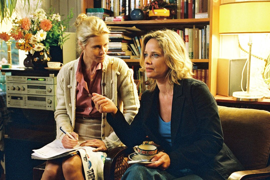 Durch ihren beruflichen Einsatz in ihrer Heimatstadt hat Michelle (Ann-Kathrin Kramer, r.) auch wieder Zeit, mit ihrer Halbschwester Bärbel (Leslie... - Bildquelle: Jacqueline Krause-Burberg Sat.1