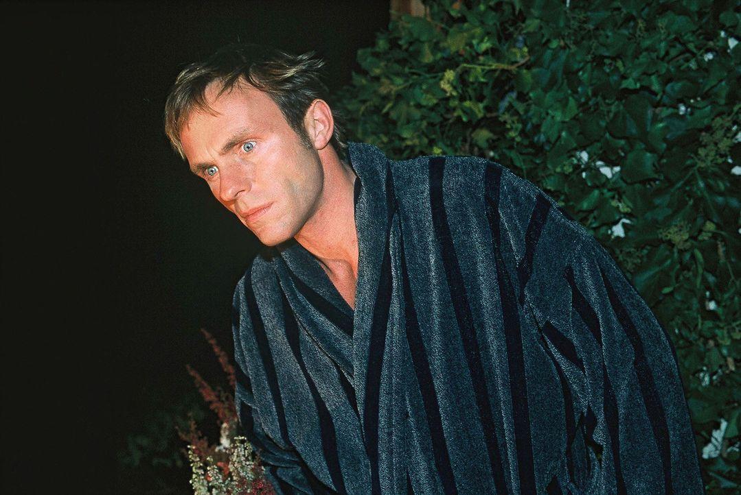 Falk (Dirk Martens) flüchtet sich vor Amelie aus dem Zimmer und steht vor dem Fenster. - Bildquelle: Münstermann Sat.1