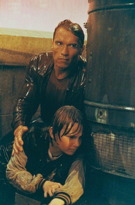 Auf der Jagd nach einem skrupellosen Schurken müssen Danny (Austin O'Brien, unten) und Slater (Arnold Schwarzenegger, oben) ständig zwischen Film-... - Bildquelle: Columbia Pictures