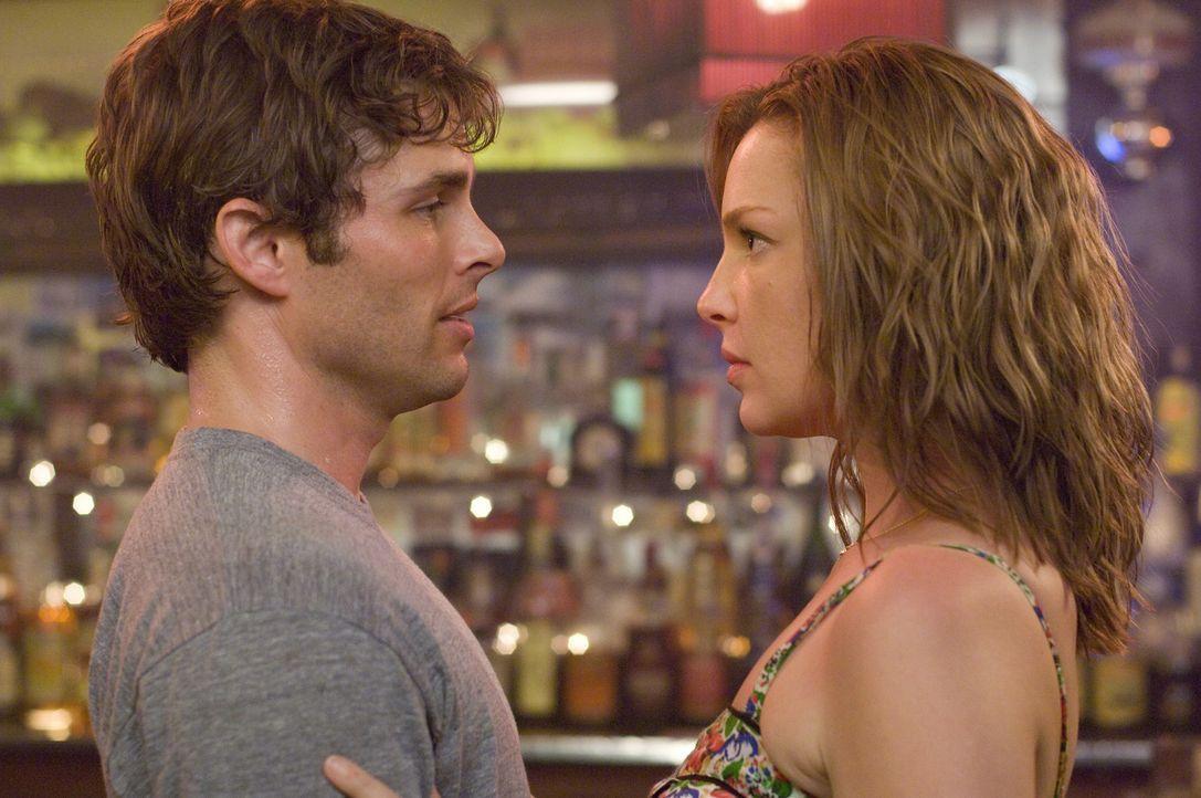 Knistert es da etwa? Kevin (James Marsden, l.) und Jane (Katherine Heigl, r.) - Bildquelle: Twentieth Century Fox Film Corporation