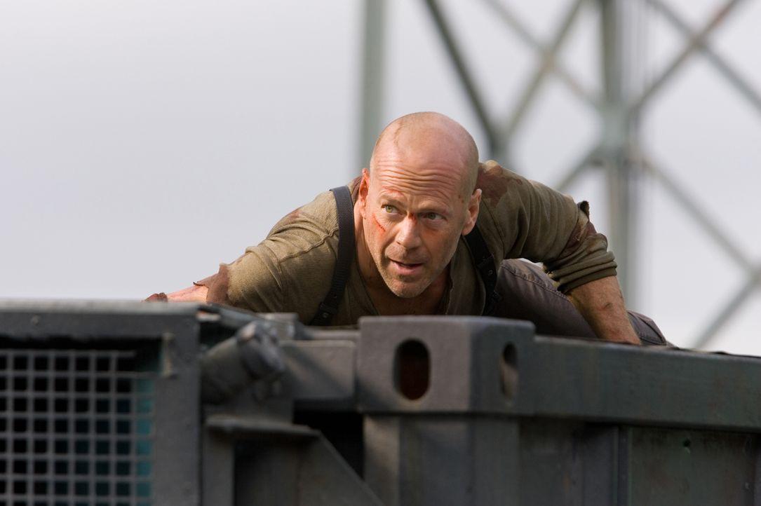 Gemeinsam mit dem Hacker Farrell, geht John McClane (Bruce Willis) über seine Grenzen hinaus, um den skrupellosen Thomas Gabriel aufzuhalten. Werden... - Bildquelle: Frank Masi 2007 Twentieth Century Fox Film Corporation.  All rights reserved.