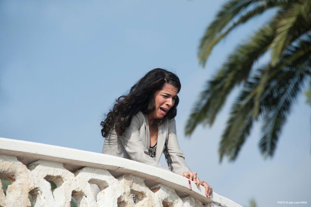 Die gutsituierte Geschäftsfrau Zohra Saadi (Kahena Saïghi) macht eine grausame Entdeckung: Ihr Lover Simon Novak wurde ermordet ... - Bildquelle: Jean Louis PARIS