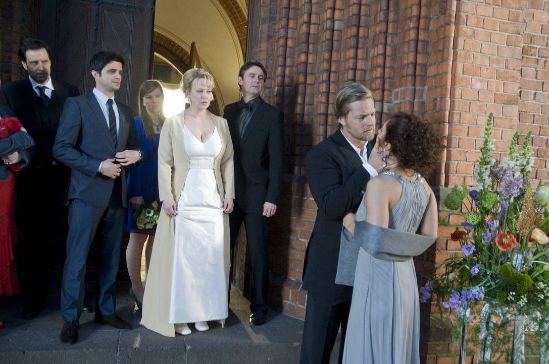 Während Mick (Henning Baum, 2.v.r.) eine völlig überraschte Tanja (Proschat Madani, r.) küsst, lässt Lisa (Floriane Daniel, hinten 2.v.r.) ihren Rol... - Bildquelle: Martin Rottenkolber SAT.1