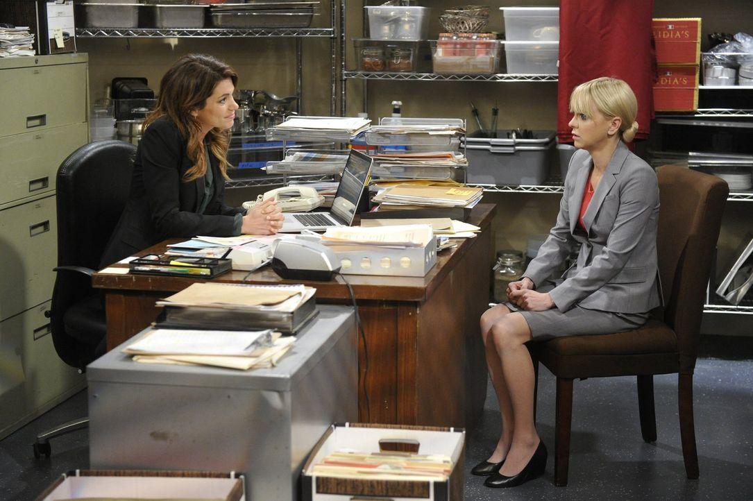 Christy (Anna Faris, r.) versucht, ihre Chefin Claudia (Courtney Henggeler, l.) um eine Gehaltserhöhung zu bitten - mit unvorhersehbaren Folgen ... - Bildquelle: 2015 Warner Bros. Entertainment, Inc.