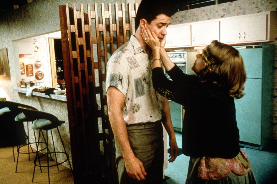 Nach 35 Jahren öffnet sich die Bunkertür für Adam (Brendan Fraser, l.) und seine Mutter Helen (Sissy Spacek, r.) ... - Bildquelle: New Line Cinema