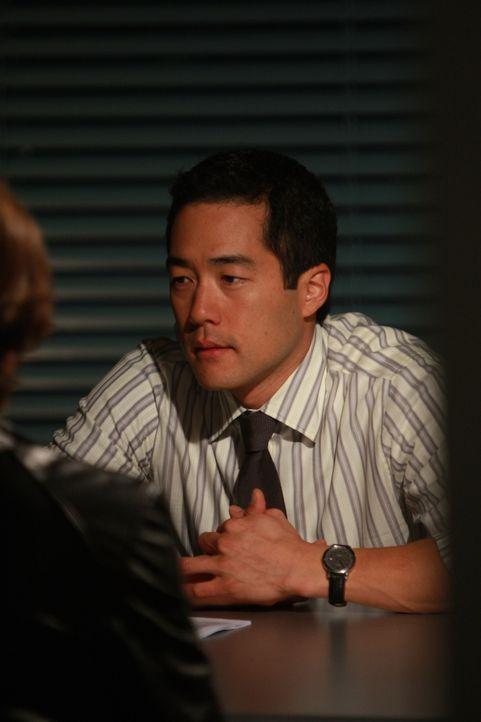 Nimmt sich einen Verdächtigen vor: Kimball Cho (Tim Kang) ... - Bildquelle: Warner Bros. Television