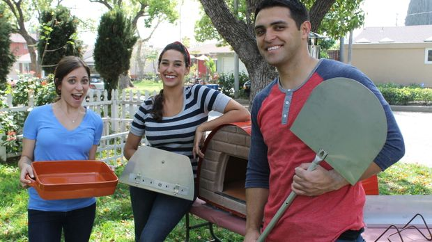 Landschaftsgärtnerin Sara Bendrik (M.) möchte den Hausbesitzern Ali (l.) und...