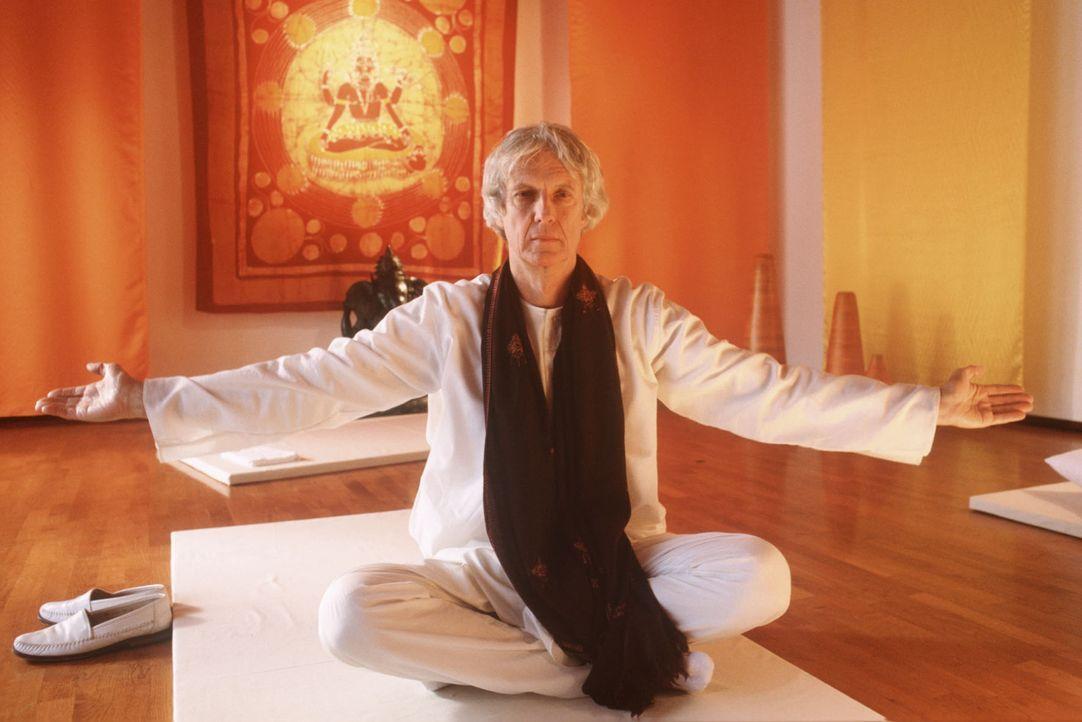 Klaus Engelmann (Mathieu Carrière) wird bei der Meditation vom lautstarken Streit im Nachbarraum gestört... - Bildquelle: Magdalena Mate Sat.1