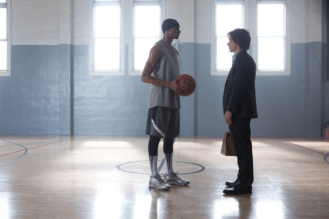 Bennett (Mark Wahlberg, r.) ist am Ende und braucht die Hilfe seines Studenten Lamar (Anthony Kelly, l.), um seine Schulden zu begleichen und sein L... - Bildquelle: Claire Folger 2016 Paramount Pictures