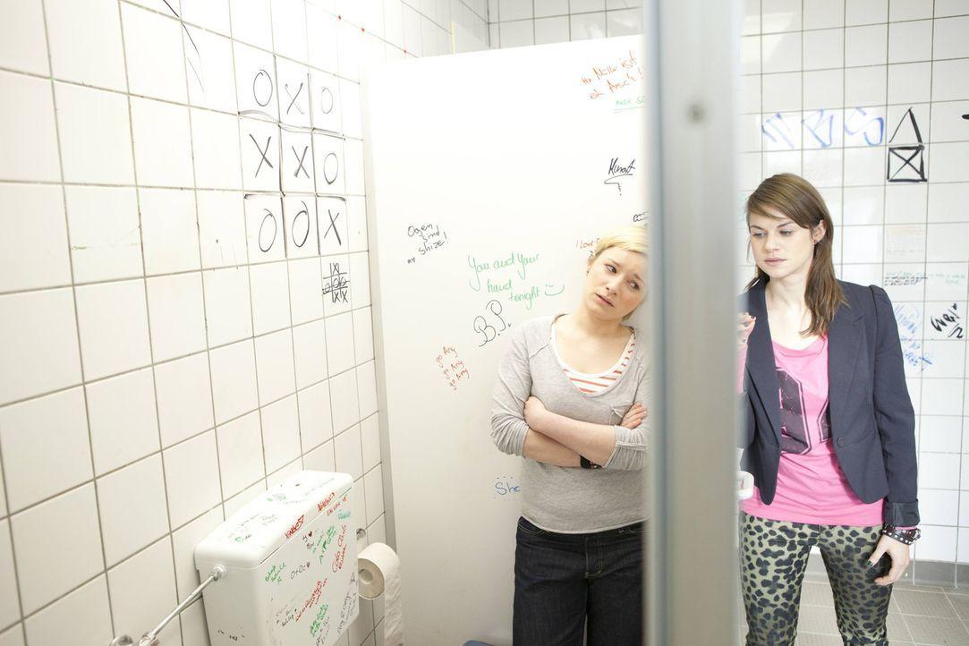 Jenny (Lucy Scherer, r.) bereut, was sie getan hat und versucht Emma (Kasia Borek, l.) alles zu erklären. Doch wird sie noch eine Chance bekommen? - Bildquelle: SAT.1