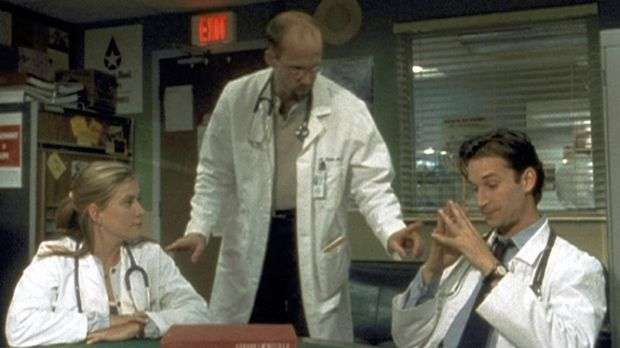 Dr. Greene (Anthony Edwards, M.) sieht sich außerstande, die Differenzen zwis...