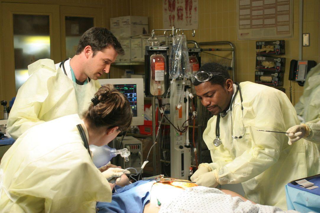 Abby (Maura Tierney, M.), Carter (Noah Wyle, l.) und Pratt (Mekhi Phifer, r.) kämpfen um Kirkendall's (Raphael Sbarge, liegend) Leben ... - Bildquelle: WARNER BROS