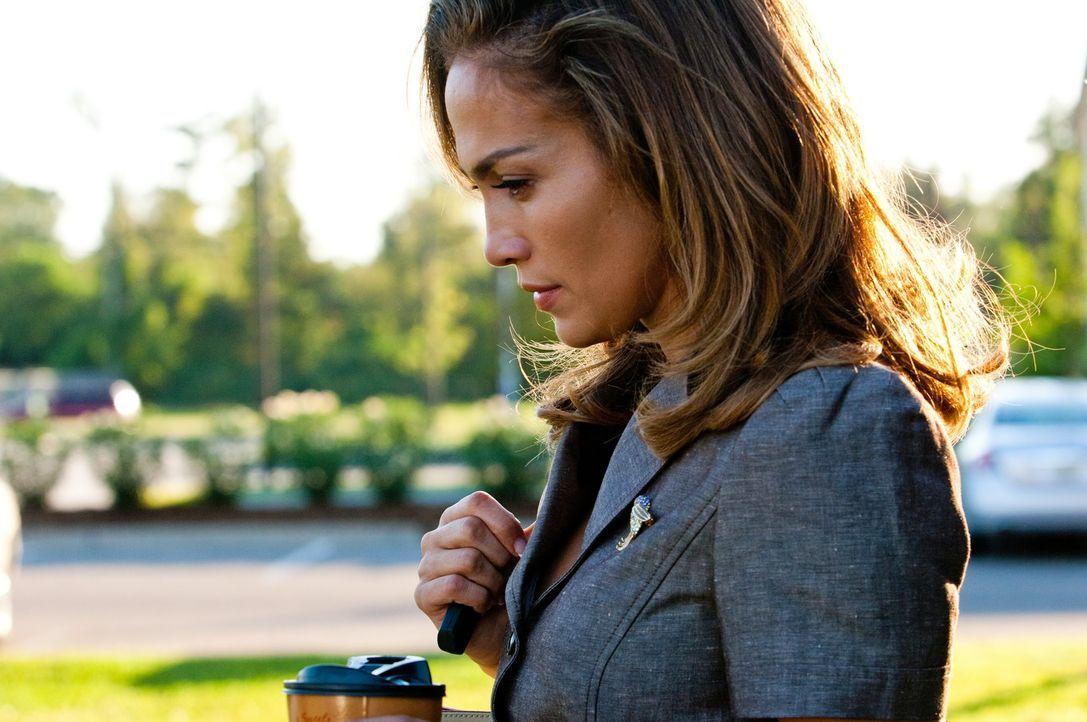 Irgendetwas stimmt nicht mit dem Milliardär - das scheint langsam auch Claire (Jennifer Lopez) zu realisieren ... - Bildquelle: Michael V 2013 Constantin Film Verleih GmbH