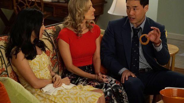 Jessica (Constance Wu, l.) genießt ihre Mädels-Abende mit Honey (Chelsey Cris...