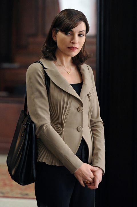Alicia (Julianna Margulies) wird in eine Expertenkommission berufen, die eine Schießerei mit der Beteiligung von Polizisten untersucht. - Bildquelle: 2011 CBS Broadcasting Inc. All Rights Reserved.