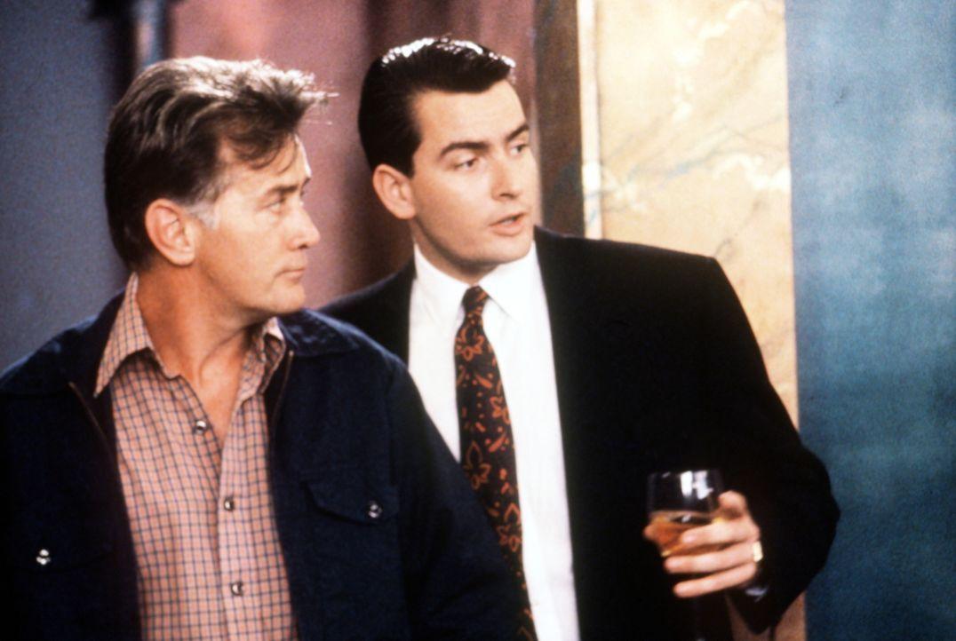 Carl Fox (Martin Sheen, l.), der Vater von Bud (Charlie Sheen, r.), arbeitet als Mechaniker und Gewerkschafter bei einer Firma, die Gekko aufgekauft... - Bildquelle: 20th Century Fox