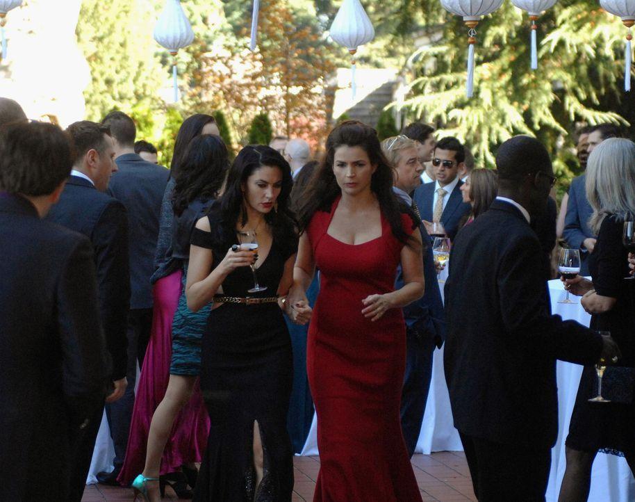 Wendy (Mädchen Amick, l.) und Joanna (Julia Ormond, r.) bemerken an jeder Ecke böse Omen, die auf großes Unheil hindeuten. Können sie das Unglü... - Bildquelle: 2013 Lifetime Entertainment Services, LLC. All rights reserved.