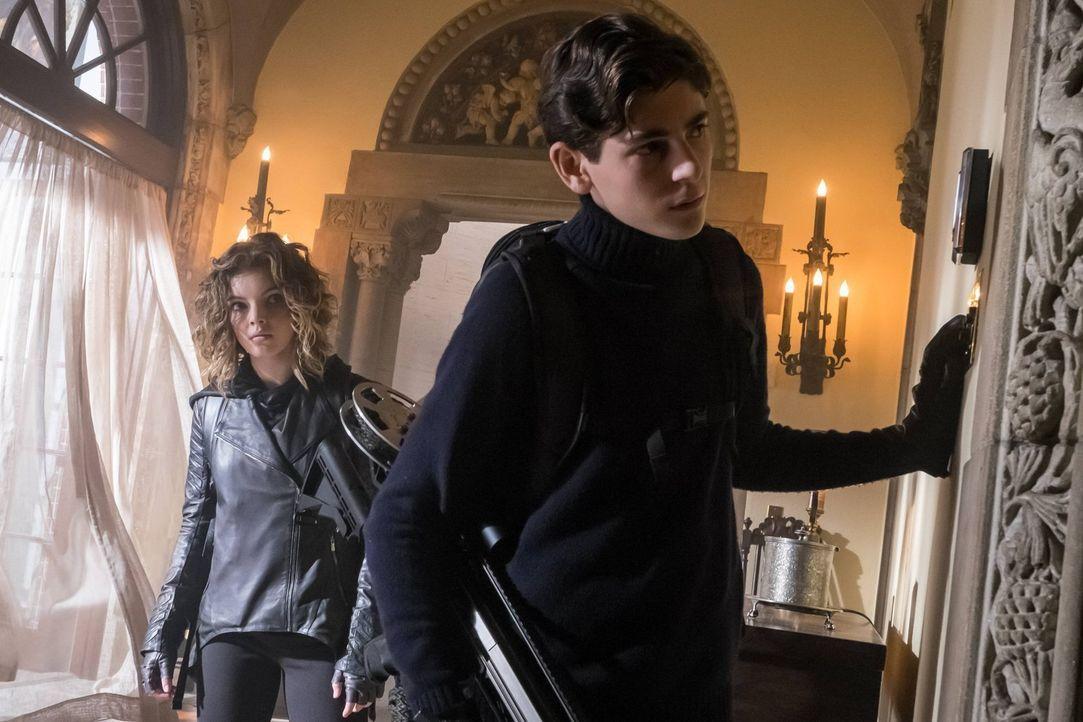 Geraten in große Gefahr, doch dann bekommen sie unerwartete Hilfe: Bruce (David Mazouz, r.) und Selina (Camren Bicondova, l.) ... - Bildquelle: Warner Brothers